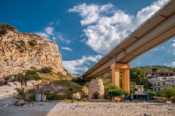 paleokastro-strand-kreta-onder-brug