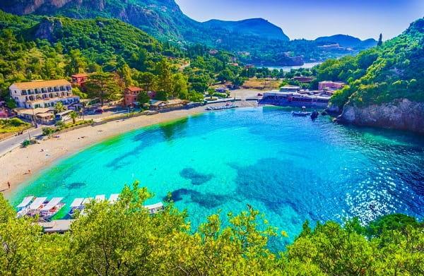 paleokastritsa-corfu-badplaatsen-vakantie-baai